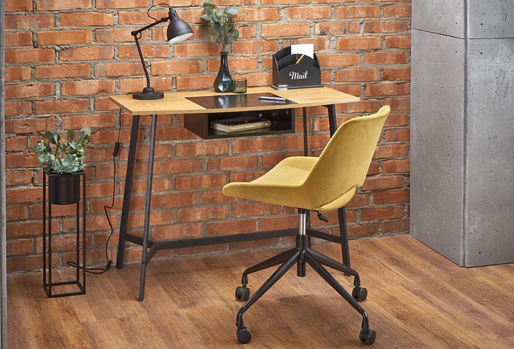 krzesło przy biurku w stylu loft we wnętrzu pomieszczenia industrialnego