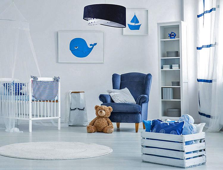 granatowa lampa wisząca i meble w pokoju dziecka