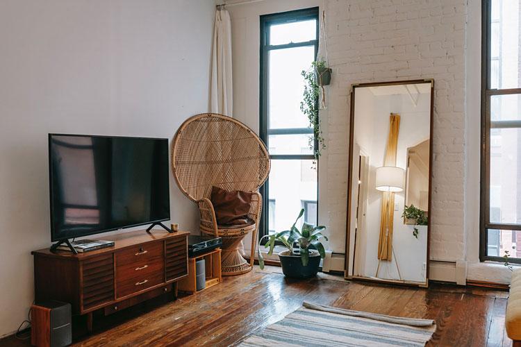 wnętrze salonu urządzonego w stylu prowansalskim z dekoracyjną ścianą
