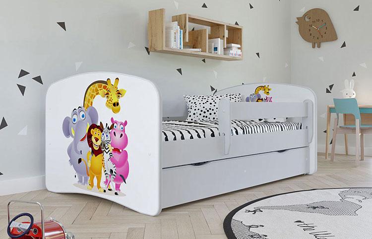 łóżko z materacem w dziecięcym pokoju