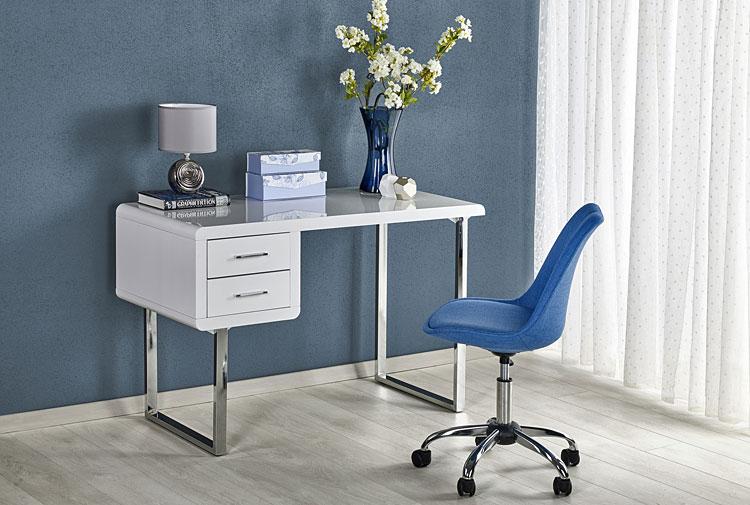 niebieskie krzesło przy nowoczesnym biurku lakierowanym w kolorze białym