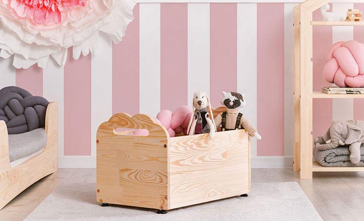 drewniana skrzynia na zabawki w pokoju dziecka