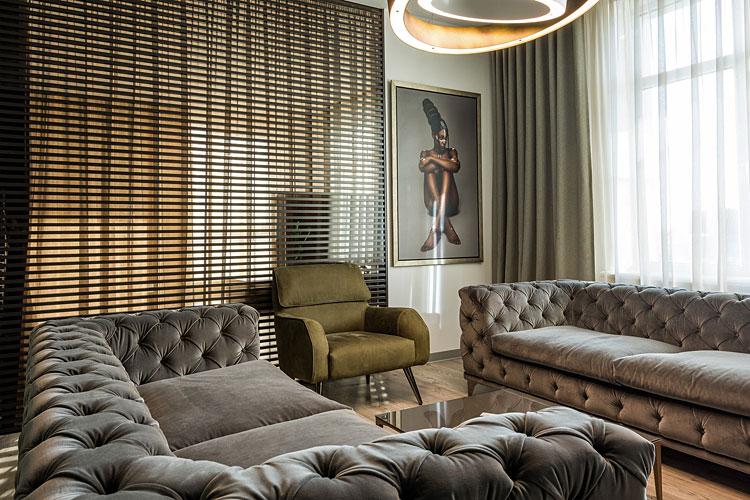 wnętrze salonu urządzonego w stylu glamour