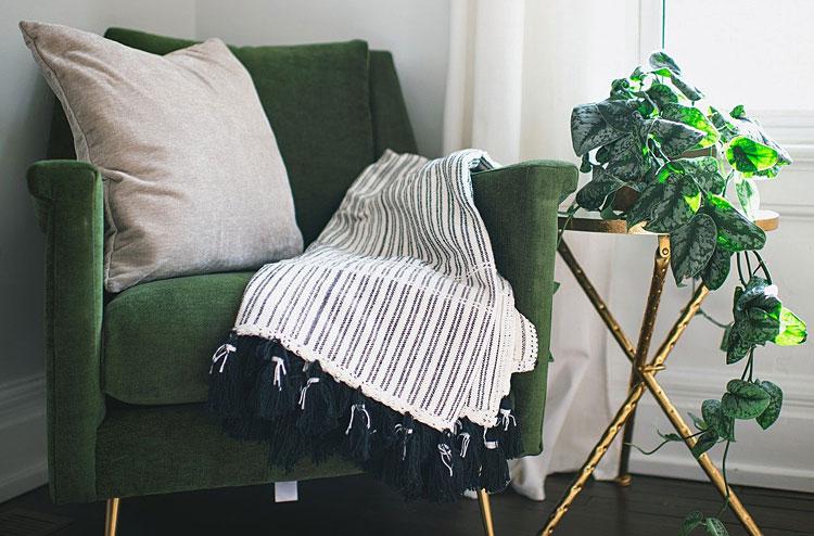 Fotel i stolik w stylu glamour