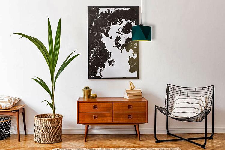 komoda, skandynawska lampa i obraz na ścianie salonu w stylu skandynawskim