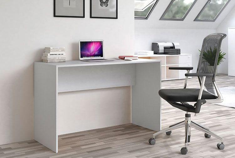 nowoczesne czarne krzesło przy białym biurku we wnętrzu biura na poddaszu