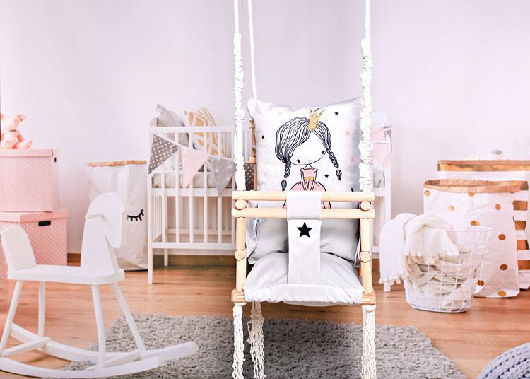meble i huśtawka w pokoju dziecięcym dziewczynki