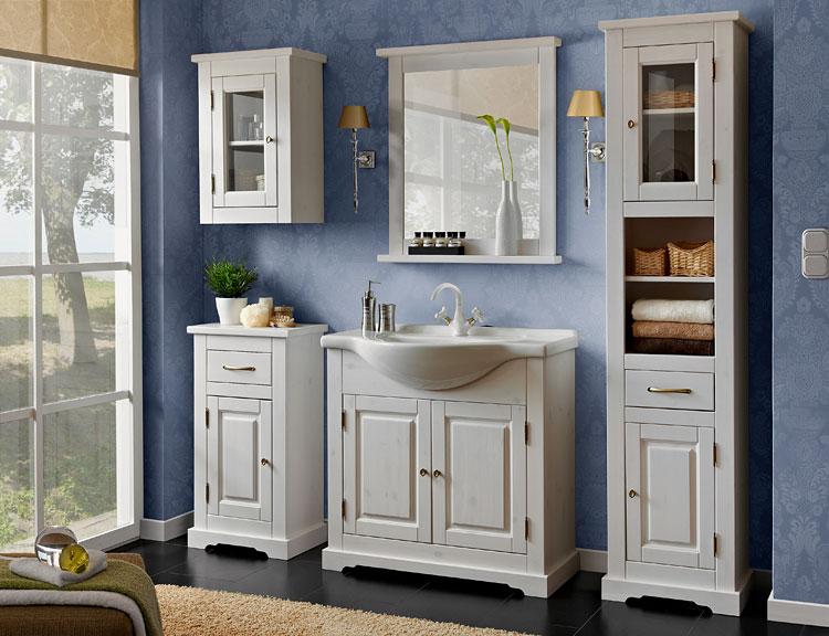 zestaw drewnianych szafek łazienkowych w małej łazience