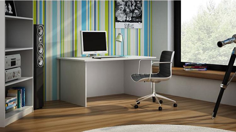 krzesło przy białym biurku komputerowym