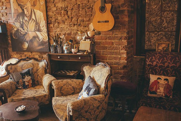 salon w stylu industrialnym ze ścianami wykonanymi z cegły