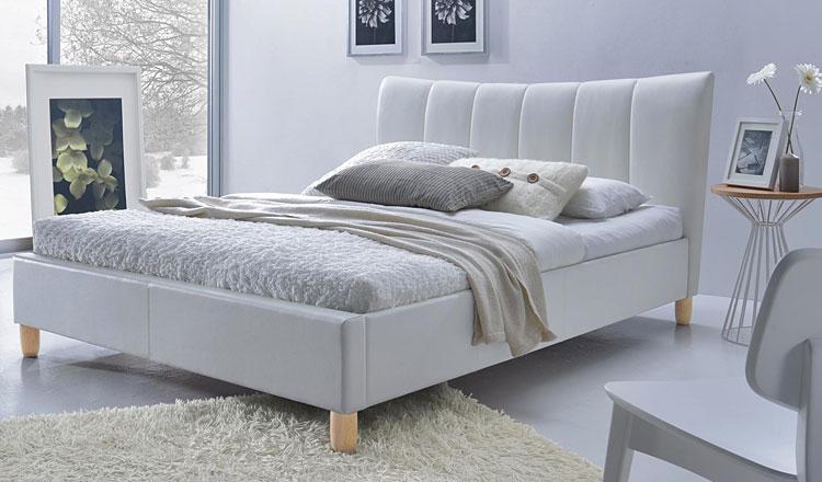 białe tapicerowane łóżko w sypialni glamour
