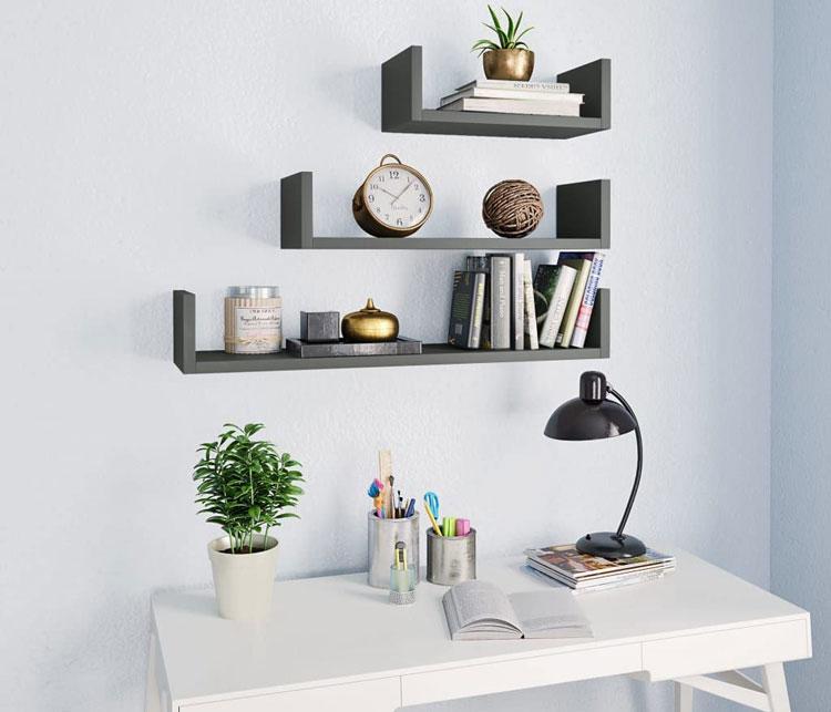 trzy półki nad biurkiem
