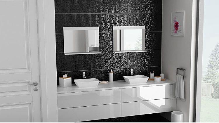 dwa lustra łazienkowe nad umywalkami