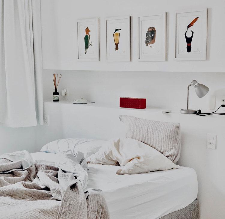 obrazy na ścianie sypialni w stylu skandynawskim