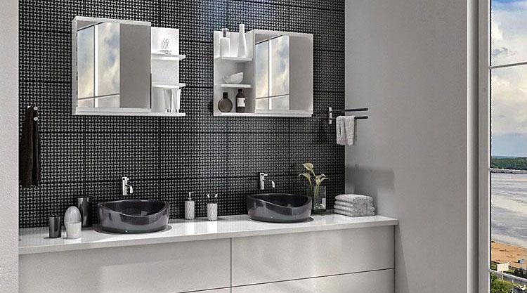 dwa białe lustra zawieszone na ścianie łazienki nad umywalkami