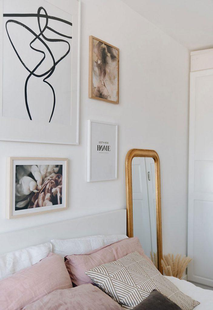 cztery obrazy na ścianie w sypialni