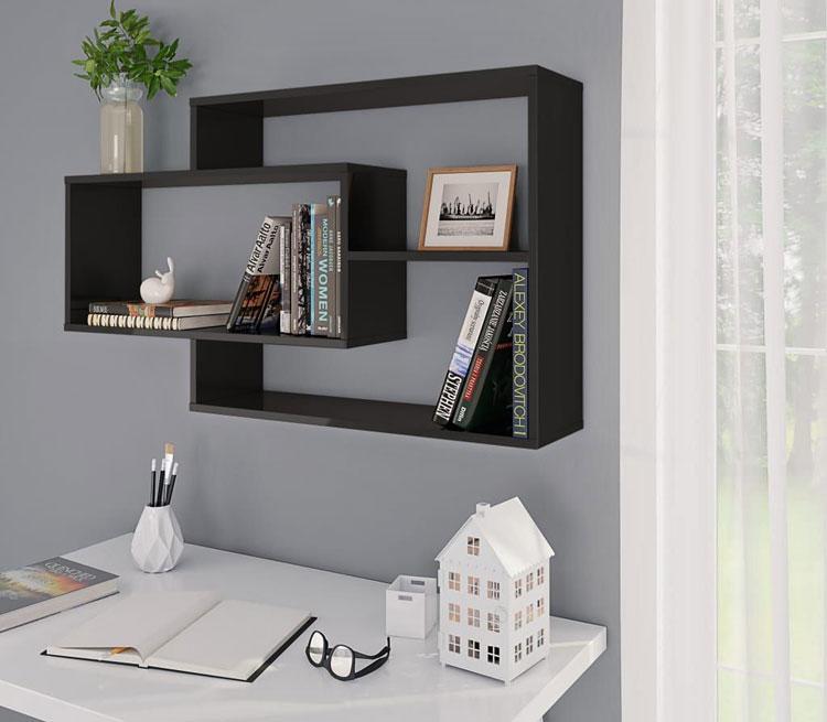 zestaw półek modułowych z czarnych połyskiem zawieszonych na ścianie nad biurkiem