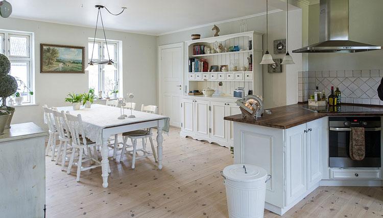 obraz olejny na ścianie w kuchni