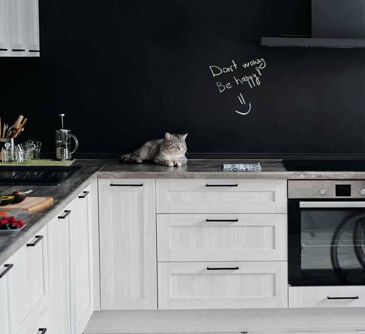 aranżacja ścian kuchni z wykorzystaniem tablicy kredowej