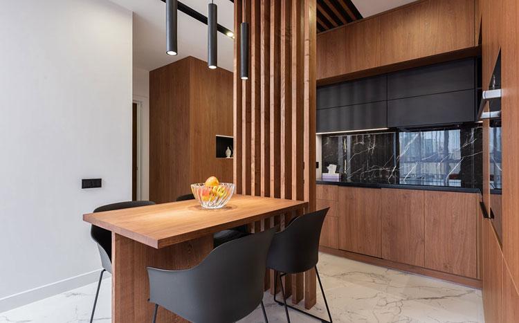 aneks kuchenny oddzielony panelami drewnianymi