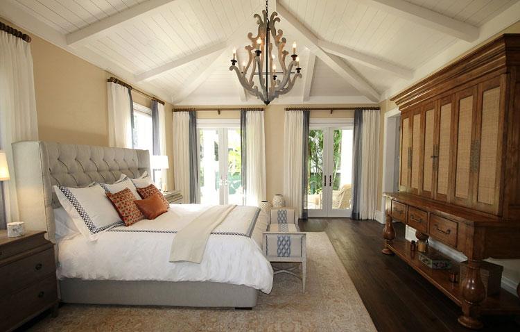 sypialnia w stylu kolonialnym z dużym łóżkiem