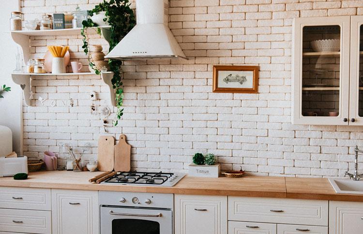 aranżacja kuchni z wykorzystaniem cegły