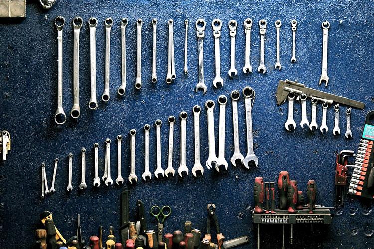 aranżacja ściany w garażu wieszak na narzędzia
