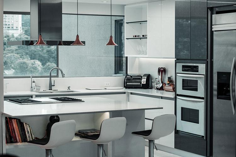 wyspa kuchenna oddzielająca kuchnie od salonu
