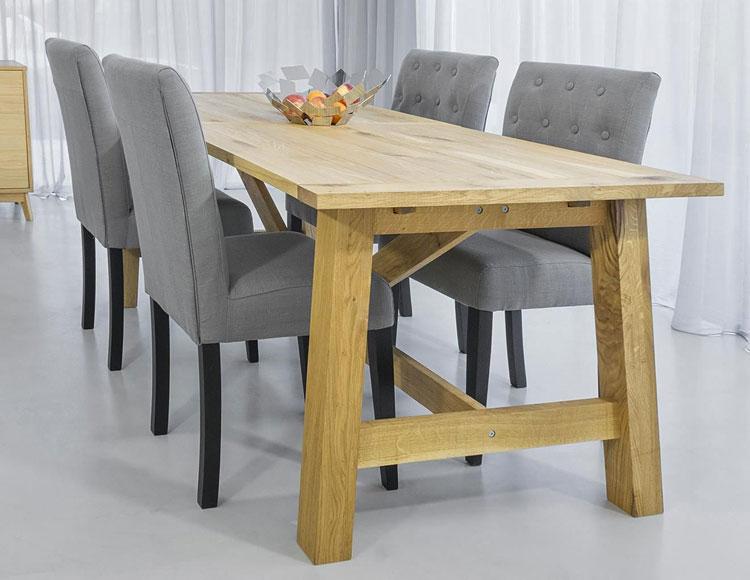 cztery szare krzesła tapicerowane ustawione przy stole