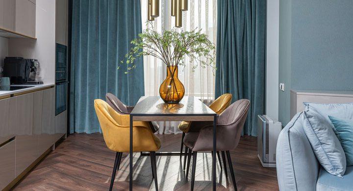 Krzesła tapicerowane w kuchni – modny trend czy niepraktyczny dodatek?