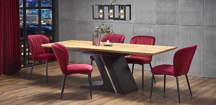 czerwone krzesła tapicerowane ze stołem