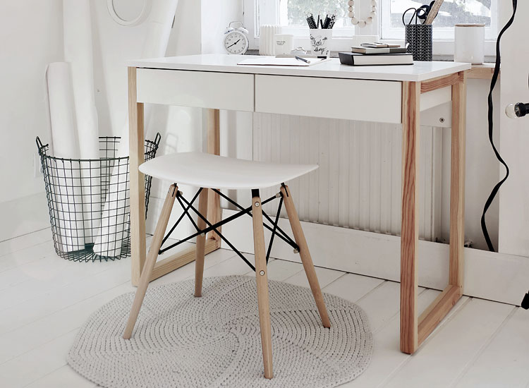 nowoczesne biurko w domowym gabinceie