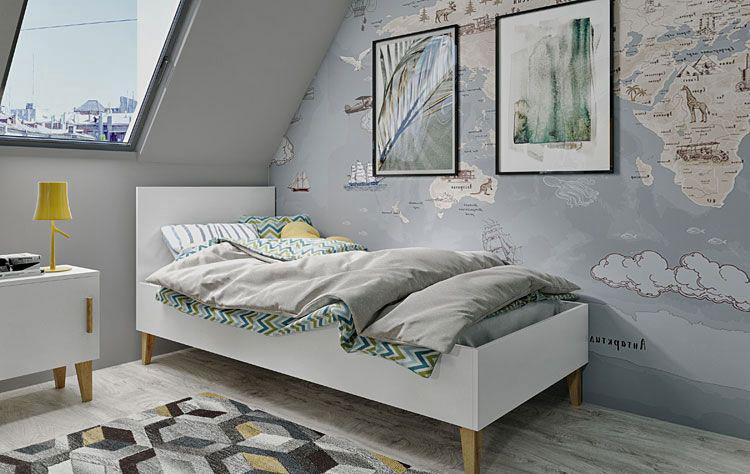 pokój dziecięcy ze skandynawskim łóżkiem oraz tapetą przedstawiającą mapę świata