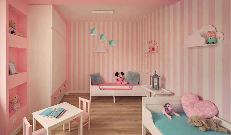 ściany w pokoju dziecka pokryte tapetą w kolorowe paski