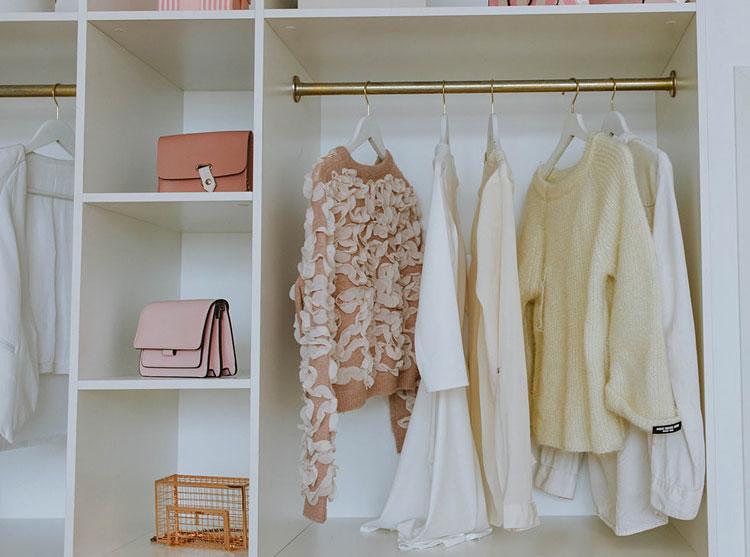 wnętrze garderoby z półkami i wieszakiem na ubrania