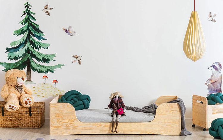 drewniane łóżko w pokoju dziecka z fototapetą