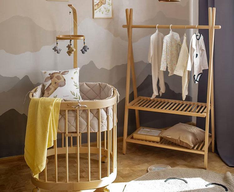 meble z drewna w dziecięcym pokoju