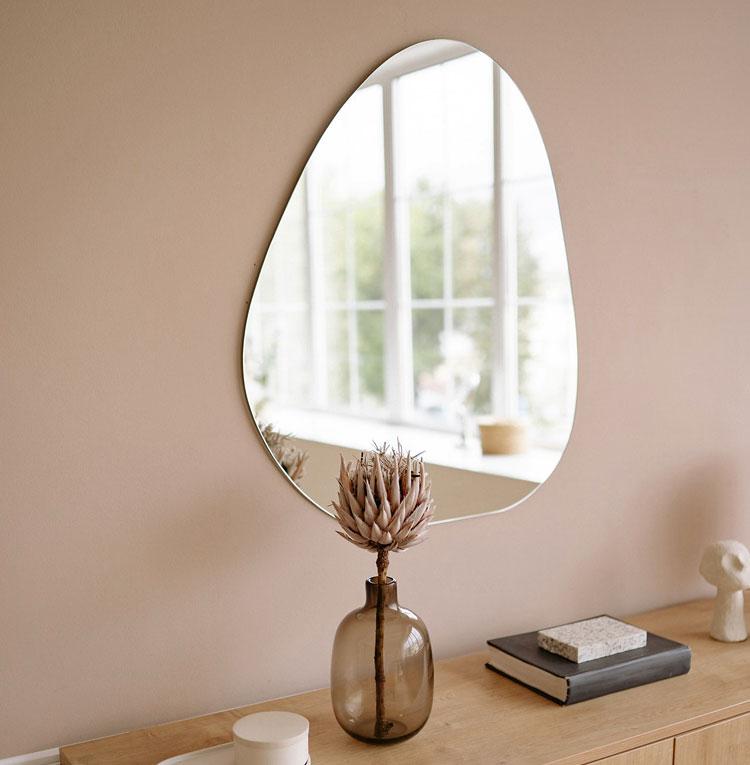 nowoczesne lustro o nieregularnym kształcie