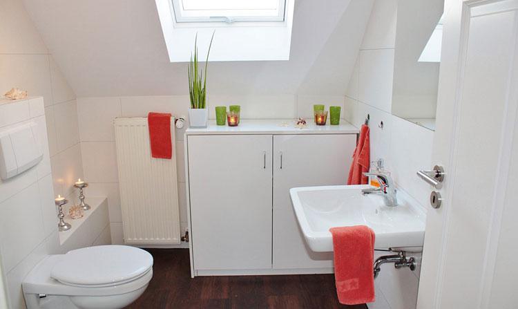 aranżacja małej łazienki z kwiatem doniczkowym