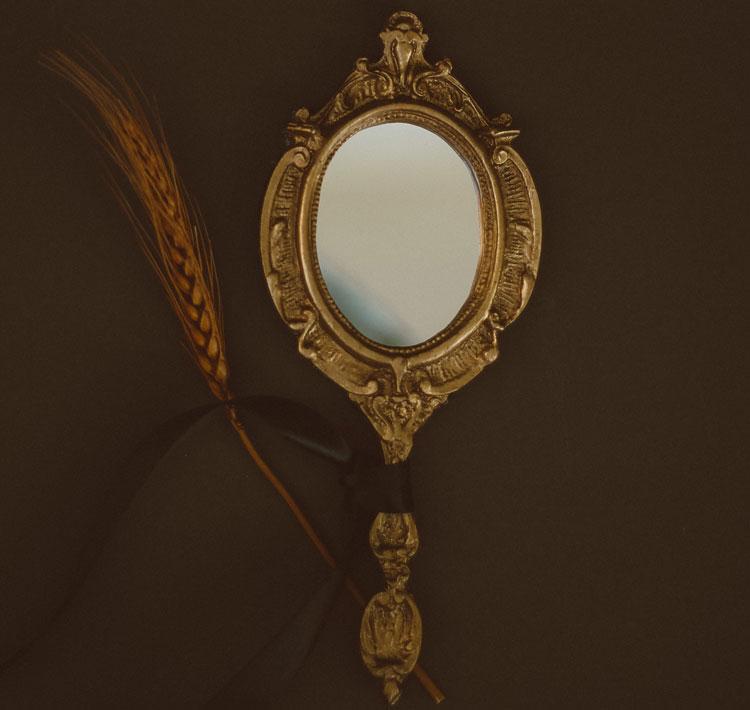 lustro w ozdobnej ramie koloru złotego
