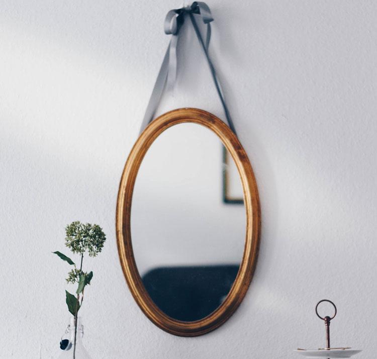 lustro owalne w drewnianej ramie