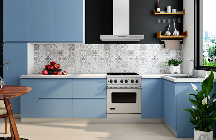 meble kuchenne w kolorze niebieski i wzorzyste płytki w odcieniach szarości
