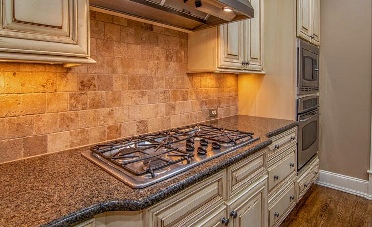 aranżacja kuchni płytkami w kolorze piaskowca