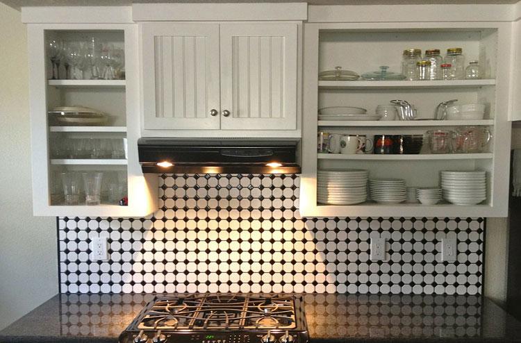 przykładowa aranżacja ściany kuchni z użyciem dwukolorowych płytek
