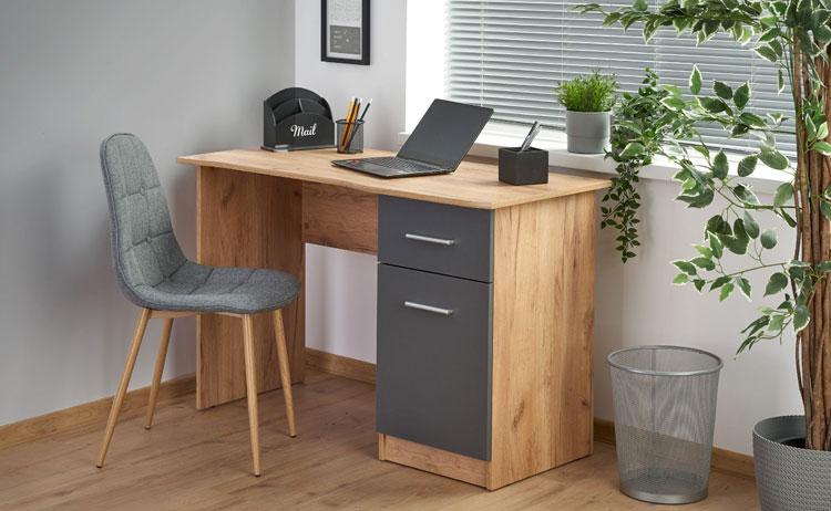Nowoczesne biurko komputerowe we wnętrzy domowego biura
