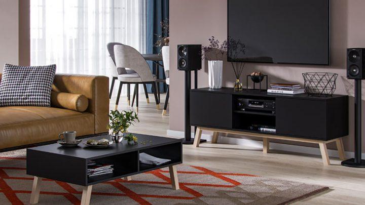 Ciemne meble w salonie – niezawodne sposoby na rozjaśnienie wnętrza